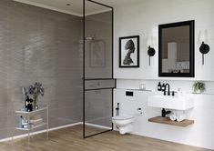 Сочтение серого, белого и чёрного - стильная классика. Благодаря металлическому бордюру для плитки можно оформить зонирование помещения. #Серый#grey#whitedesign#interiordesigner#inspiration#вдохновение#эстетика#modern Double Vanity, Bathroom Lighting, Tiles, Bathtub, Mirror, Furniture, Home Decor, Bathroom Light Fittings, Room Tiles