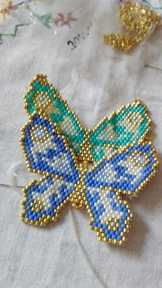 This Pin was discovered by Dil Beaded Jewelry Designs, Bead Jewellery, Bead Embroidery Jewelry, Beaded Embroidery, Loom Beading, Beading Patterns, Seed Bead Art, Brick Stitch Earrings, Native Beadwork
