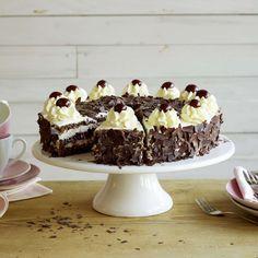 Tourte forêt-noire. Pour réussir cet élégant et délicieux gâteau, il vous faut: un biscuit au chocolat, des griottes, de la crème fouettée, une bonne pincée de savoir-faire et un zeste de doigté.