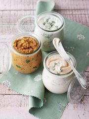 Einer meiner Favoriten aus dem Kochbuch Kochbuch für Feste von Cynthia Barcomi ist die Forellencreme. Sauerrahm, Frühlingszwiebeln und Dill machen das Rezept aus. Die weiteren Rezepte – Lachs spread (Lachscreme) und Dried tomato and herb