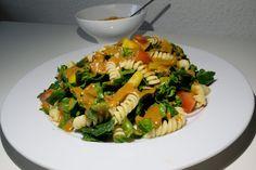 Spinat Salat mit Pasta und Pasilla Dressing