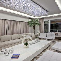 Sala de estar integrada com lustre de cristal de Iara Kilaris - 131963 no Viva Decora