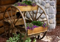 Old Wood Wagon Wheels.re-purposed into a rustic garden planter! Possibly make from an old hose wheel? Rustic Gardens, Unique Gardens, Outdoor Gardens, Wagon Wheel Decor, Decoration Restaurant, Old Wagons, Deco Retro, Flower Boxes, Flower Containers