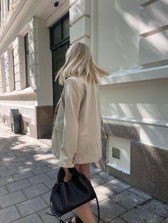 Blonde girl, norwegian, style, blazer, claire rose, polene paris, polene bag, beige blazer, blonde hair, everyday outfit