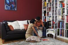 BILLY/BENNO combinaison bibliothèque. IKEA STOCKHOLM canapé 3 places Elegant brun noir 1549€. 212x89 cm,  H81 cm. Struct. pan. particules/fibres de bois/contreplaqué. Mousse polyuréthane haute résilience 35kg/m3 (assise), 30kg/m3 (accoudoirs),  25kg/m3 (dossier). Rembourrage polyester, flocons de polyester. Plumes d'oiseaux aquatiques (assise). Cuir vachette fleur corrigée, grainée et pigmentée, teint dans la masse. TROLLSTA table d'appoint 49€. 38x38 cm, H40 cm. Pan. particules…