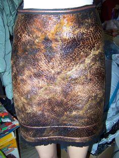 Оригинальная коричневая юбка-миди под рыбью кожу с оборкой черного цвета за 50 грн.