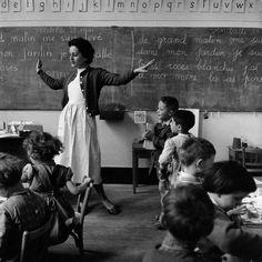 """""""L'éducation c'est ce qui reste quand on a oublié ce qu'on a appris à l'école""""   """"Education is what remains after one has forgotten what one has learned in school.""""   Bonne Rentrée Scolaire ;-)   Citation : Albert Einstein / Photo : La Libellule, Paris 1956, Robert Doisneau"""