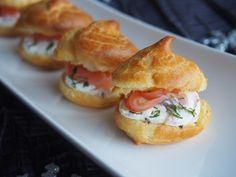 Découper 2 tranches de saumon en petits morceaux. Mélanger le Philadelphia (150g) avec la crème liquide (10cl) . Ajouter un filet de jus de citron, un peu de sel (attention le saumon sale déjà un peu), le poivre, l'aneth et les morceaux de saumon.