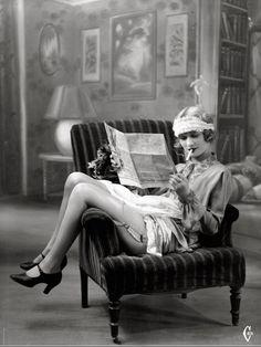 Come ci mostra l'immagine lo stile della donna era più provocatorio e le gonne erano corte sopra il ginocchio per adattarsi meglio allo stile di festa notturno che si respirava in quegli anni dove si subì le influenze dell'America con la musica jazz, Il Charleston