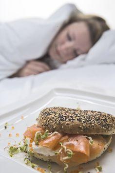 Pour tomber dans les bras de Morphée, il est important de bien faire attention à ce que l'on mange au dîner. 🍽 À l'occasion de la journée nationale du sommeil, découvrez nos conseils et astuces pour dormir comme un bébé ! 😴  #journéemondialedusommeil #sommeil #alimentation #dormir #dodo #conseil #astuce #bienmanger #diététique #healthyfood #healthy #healthylifestyle #dîner #glucides #repas #glycémie #diet #mangersainement #sain Acide Aminé, Le Diner, Important, Occasion, Bagel, Pay Attention, Falling Down, Eat Healthy, Foods To Avoid