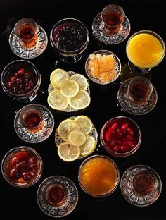 Taking tea is a wonderful tradition, but it doen't always need to feel traditional. Find inspiration to make your tea time nice, pleasant, and original. Oolong Tea, Iced Tea, Cafe Coton, Pause Café, Turkish Tea, Tea Culture, Cuppa Tea, Tea Art, Fun Cup