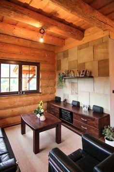 Nábytek v domě je vyrobený na zakázku a v přízemí doplněný elegantní tmavou kůží.
