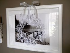 This simple snowflake wreath , beautiful decoration for Christmas.Makes me fell snow is going to fall ....