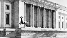 Archivbild der Bronzestatue von Josef Thorak vor der Neuen Reichskanzlei im Jahr 1939.