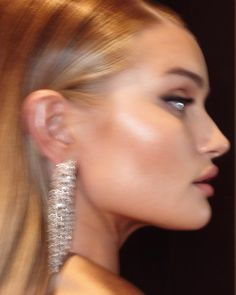 The gorgeous Rosie Huntington-Whiteley Blair Waldorf, Beauty Makeup, Hair Makeup, Hair Beauty, Looks Style, Looks Cool, Pretty People, Beautiful People, Foto Glamour