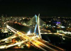 De dia ou de noite, independente do horário, a Ponte Estaiada surpreende por sua arquitetura única sob a Marginal Pinheiros.