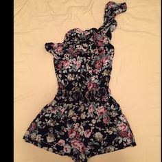 Floral romper Forever 21 floral asymmetric one shoulder romper. Size small, has small pockets on the sides. Only worn twice, in excellent condition.  no trade ✔️ bundle and save Forever 21 Dresses One Shoulder
