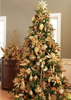 41 Elegant Christmas Tree Ideas For Living Room. Christmas is a great time of the year and a perfect occasion to set up a Christmas tree and to buy Christmas decoration for the whole house. Elegant Christmas Trees, Gold Christmas Decorations, Christmas Tree Themes, Noel Christmas, Rustic Christmas, Green Christmas, Christmas Wedding, Minimal Christmas, Christmas Swags