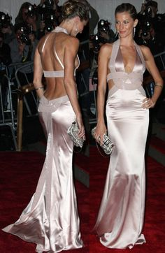 Gisele Bundchen had a breathtaking backless Versace dress at the Met Gala 2015 Vestidos Versace, Vestidos Sexy, Gisele Bundchen, Backless Prom Dresses, Sexy Dresses, 2015 Dresses, Met Gala Red Carpet, Versace Dress, Versace Versace