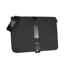 TORBA Z FILCU MEN 02 Męska torba filcowa z klapką wykonana ręcznie z grafitowego filcu i czarnej skóry,  Wymiary teczki: szerokość 42 cm, wysokość 32 cm, pasek regulowany w zakresie 95 -140 cm,  W środku dodatkowe kieszenie po bokach torby, jedna z nich idealna na iPada,  Torba zapinana na zamek - kolor do wyboru, pomieści poziomo laptopa 15 cali #laptopbag #teczka #filcowa