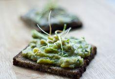 jadłonomia • roślinne przepisy: Co do chleba? Pasta z fasoli lub pasta z cukini.