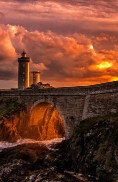 Beautiful bridge castle lighthouse and gorgeous sunset. Beautiful Sunset, Beautiful World, Beautiful Places, Beautiful Pictures, Amazing Places, Beautiful Flowers, Lighthouse Pictures, Am Meer, Beautiful Landscapes