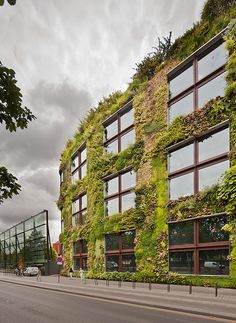Le Mur Végétal (Paris, France) by Jean Nouvel. New Architecture, Architecture Antique, Sustainable Architecture, Architecture Details, Jean Nouvel, Urban Agriculture, Urban Setting, Exterior, Facade Design