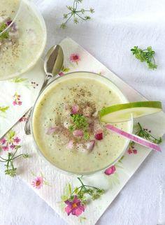 Cetrioli, yogurt di di soia, cipolla di Tropea, basilico e coriandolo per questo gazpacho senza cottura pronto in 10 minuti. Delizioso e fresco benessere!