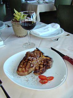 Sorprende a tu paladar con un exquisito Porterhouse steak y una buena copa de vino.