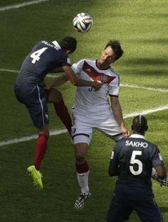 前半13分、ドイツのDFフンメルスが頭で合わせて待望の先制点を挙げた(AP)