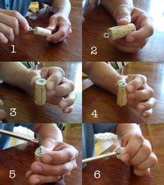 Colgante de #corcho sencillo y muy vistoso. ¡Necesitas una arandela, tornillo, alcayata redonda (cáncamo)y ya lo tienes! #DIY #collar