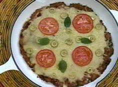 Receita de Lingüizza (pizza de lingüiça) - 500 g de lingüiça fresca sem a pele e debulhada, ½ cebola bem picadinha, cebolinha picada a gosto, fio de azeite, 200 g de queijo mussarela ralado