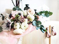 Vårblommor i väntan på vas och IVAR skåp med sina nya handtag av ett återvunnet läderskärp. Gästbloggare: Frida Eklund Edman, Fridasfina för Livet Hemma.