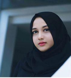Pin Image by Bunda Hijaber Arab Girls Hijab, Girl Hijab, Muslim Girls, Beautiful Muslim Women, Beautiful Hijab, Beautiful Models, Hijab Niqab, Hijab Chic, Muslim Beauty