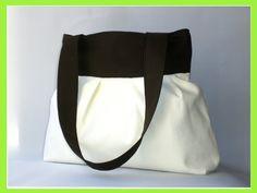 Tasche in Creme und Braun, die Blende und die Henkel sind aus Canvas in Dunkelbraun gearbeitet. Das Innenfutter ist aus Baumwollstoff in Braun, mit ei