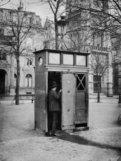 Vespasienne, 2 stalles, église Saint-Germain l'Auxerrois. Paris (Ier arr.). Photographie de Charles Marville (1813-1879). Bibliothèque historique de la Ville de Paris.