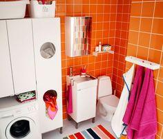 Kleines Badezimmer mit LILLÅNGEN Wäscheschrank, LILLÅNGEN Waschmaschinenschrank, LILLÅNGEN Waschkommode mit 1 Tür und LILLÅNGEN Spiegelschrank mit 1 Tür in Weiß, verchromter RÖRSKÄR Mischbatterie mit Abflussventil und RENLIG FWM6 Waschmaschine in Weiß