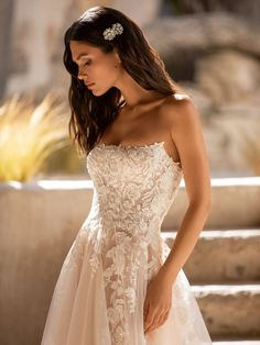 Explore our Wedding Dresses and feel Unique: One bride, One shape, One Unique dress. Discover our Cocktail Gowns from Pronovias. Hollywood Glamour, Pronovias Wedding Dress, Bridal Wedding Dresses, Wedding Girl, Lace Wedding, Modern Princess, Vestido Strapless, Chantilly Lace, Bustier