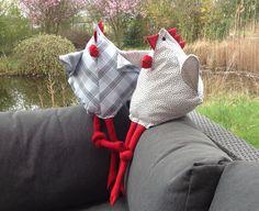Das erste dänische Huhn nach der gut gemachten Anleitung von Wiebke Maschitzki ist gestern bei uns eingezogen und lässt es sich auf der sonnigen Terrasse gut gehen. Hier findet Ihr die Nähanleitung für das Huhn: Dänisches Huhn. Felt Crafts, Diy And Crafts, Couture, Baby Car Seats, Crochet, About Me Blog, Dolls, Sewing, Holiday Decor
