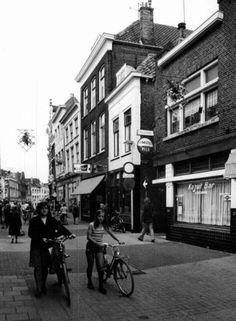 Datering tot: 1976-12-31 Beschrijving: De Hoogstraat gezien ter hoogtevan de Gruttersteeg in de richting van de Grote Markt.