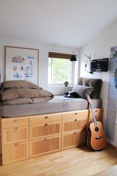 OPPBEVARING: Utnytt plassen under sengen og lag skuffeseksjoner til oppbevaring.