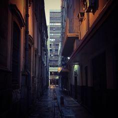 Amo o RJ! Ando por esses becos não é de hoje. Esses contrastes me levam a não desistir de habitar aqui.  #ig_riodejaneiro  #porainorio #church #Instario #architecture #boadorio #stones #world_shooters #oquefazernorio #about_rio #vejario #city  #igersrj #sunset #folkbrasil #herouapp #riodejaneirotrip #rindodejaneiro #talentosfotograficosdoig #dicasdedestinos #aventureirosbr #orionaoesopraia #rio4gringos #rainday #old #antique #ig_shotz_sunset #nostalgia #ig_shotz #rain by marcos_tamandare