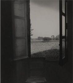 Fotografía de la ventana de la habitación de Van Gogh en el manicomio de St. Paul de Mausole (St. Remy), 1950. Bill Brandt.