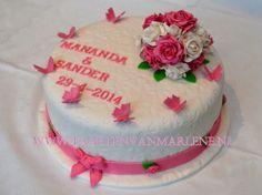 Romantische bruidstaart met gebonden rozenboeket van gum paste.