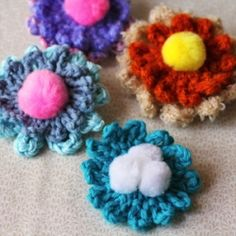 Easy and simple crochet flower brooch pattern, good way to de-stash left over yarns and turn them into accessories and embellishments.