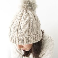 Learn how to Make this Knitted Wool Beanie with Fur Pom Pom. FREE Step by Step Pattern & Tutorial. Amaze yourself about how easy it is! Beanie Knitting Patterns Free, Beanie Pattern Free, Baby Hats Knitting, Free Knitting, Knitted Hats, Crochet Hats, Free Pattern, Knitting Wool, Hat Patterns