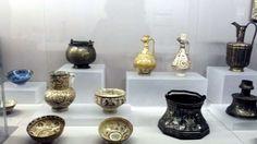 Fantastici esempi di ceramiche, di stili e decori, e il motivo ricorrente della testa di gallina per le brocche.