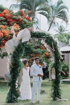 Casamento boho em tarde agradável e cheia de amor na Bahia – Lore Backdrops, Wreaths, Boho Wedding, Pie Wedding Cake, Outdoor Ceremony, Groom Shoes, First Kiss, Wedding Details, Flower Preservation