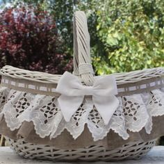 ( réservé )( grande contenanace )panier en osier  shabby campagne chic  patiné blanc pur broderie ancienne et lin Cane Baskets, Easter Baskets, Hobbies And Crafts, Crafts To Make, Shabby Chic Art, Boxes And Bows, Auction Baskets, Flower Girl Basket, Basket Decoration