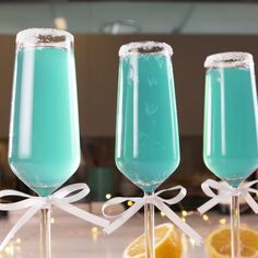 Fancy Drinks, Summer Drinks, Cocktail Drinks, Cocktail Recipes, Champagne Cocktail, Blue Alcoholic Drinks, Summer Food, Summer Desserts, Blue Cocktails